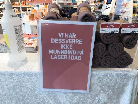 Apotekene merker pågang i kjøp av munnbind. Hittil har de kunne fått inn påfyll dagen etterpå, dersom det går tomt. Bildet er fra Apotek 1 på Karmsundgata senter.