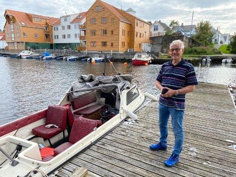 GJENFORENT: Eier Svein Håkonsen (74) smiler for at båten er funnet, men syns ikke det var et pent syn som møtte han under Bakarøybrua.