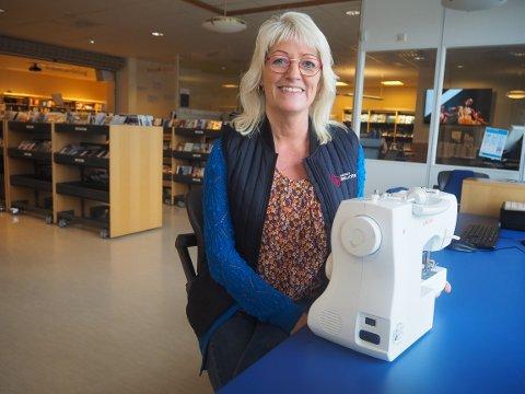 POSITIV: Biblioteksjef i Karmøy, Hanne Mulelid tilbyr både symaskin og 3D-printer på biblioteket i Kopervik. Hun stiller seg positiv til forslaget om å låne ut verktøy til publikum.