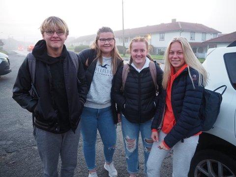 ALTERNATIV TRANSPORT: Chris Freier, Kristine Knutsen, Emile Aase og Hanna Eikeland ble kjørt til skolen av sistnevntes mamma, mandag morgen. Foto: Øystein Merkesvik