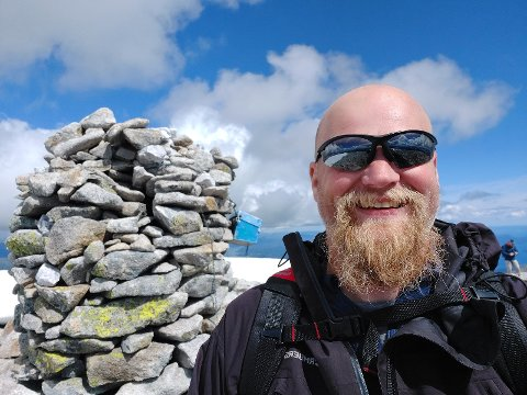 PÅ TOPP: Nils Johan Gabrielsen nyter utsikten på Ulvanosa (1.248 m.o.h.) i Kvinnherad.