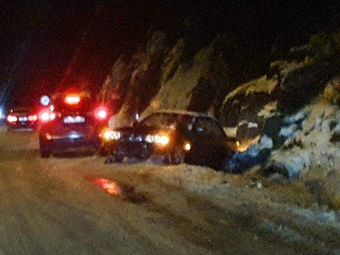 RØYKSUND: Bilen har havnet av veien.