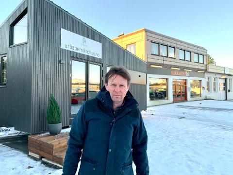 Bolig på hjul: Rune Sakkestad foran det første Haugesund-produserte mikrohuset på hjul. Han har mål om å bygge ti flyttbare småhus i løpet 2021.
