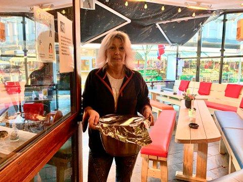 BETASUPPE: Servitør May Vårum på vei inn døra til Rabinowitz med hjemmelaget betasuppe. På menyen har hun i tillegg karbonadesmørbrød og dagens kake.