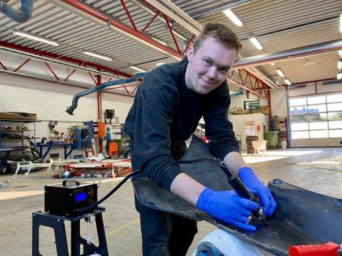 LÆRLING: På dagtid jobber Sven Inge Dalva Lie som lærling på karosseriverkstedet til Toyota Haugesund. Når han er ferdig på jobb, leverer nedstrandbuen ved på Haugalandet.