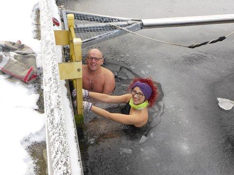 NY BADEVENN: (f.v) Kristinn Einarsson søkte badevenner fredag kveld. Lørdag formiddag hadde han fått selskap av Marta Polikiewicz.