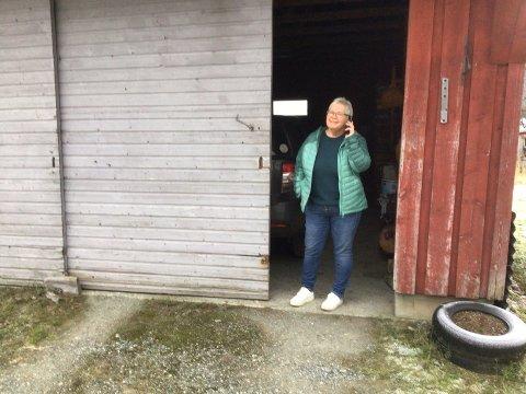 INGEN KONTAKT: Lokalpolitikar Wenche Sandbekken Lilleland i Vindafjord ser fram til at Fjellgardane i Vikedalsdalen skal få skikkeleg mobildekning. Til nå har ho måtta gå ut i reidskapshuset på garden kvar gong ho skulle bruka mobiltelefonen.