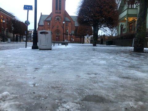HOLKEFØRE: Det er glatte veier og fortau i Haugesund.