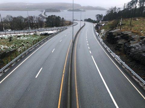 E 39: Telefonene rant inn om svært glatte veier på hele Vestlandet mandag kveld. En bilist beskriver strekket mellom Arsvågen og Karmøytunnelen som «skummelt».  Her fra broen over til Ognøy.