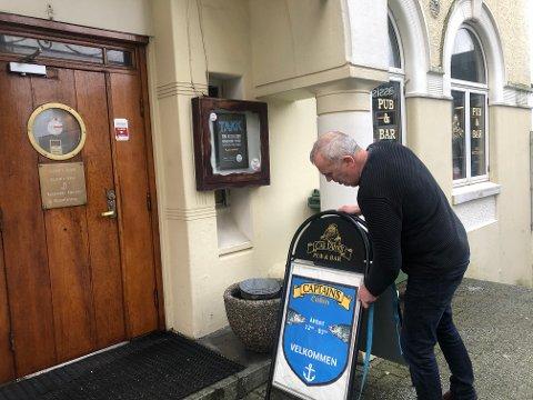 KLAR: Terje Risanger gjør klart for åpning av puben like før klokken 12. Det ble ikke helt slik han hadde sett for seg.