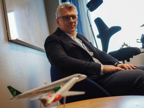 LETTER FØR GRENSEN STENGES: Kommersiell leder Pål Visnes ved Haugesund lufthavn Karmøy opplyser at Aker har hatt egne fly til sine ansatte siden før nyttår.