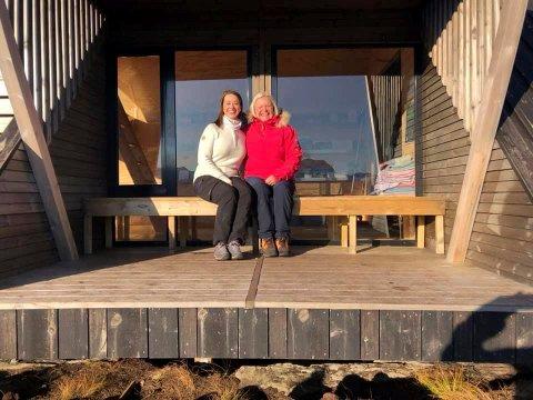 SOGN-HYTTE: Ordfører i Sveio, Linn Therese Erve  prosjektleder (til v.)  og Marit Liknes på befaring på dagsturhytter i Sogn og Fjordane. Her er de på Naustdalskamben. Det er samme hytte som Sveio får og flere andre kommuner.