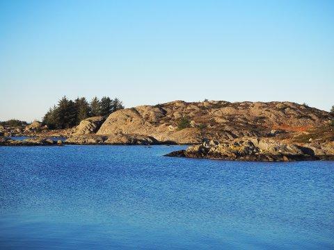 FUNNET HER: I området mellom holmene i Hålandsvågen skal fiskeren ha oppdaget kjeledressen som fløt i sjøen.