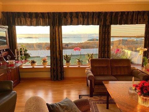 UTSIKT: Fra stua er det utsikt direkte til Åkrasanden og havet i vest.