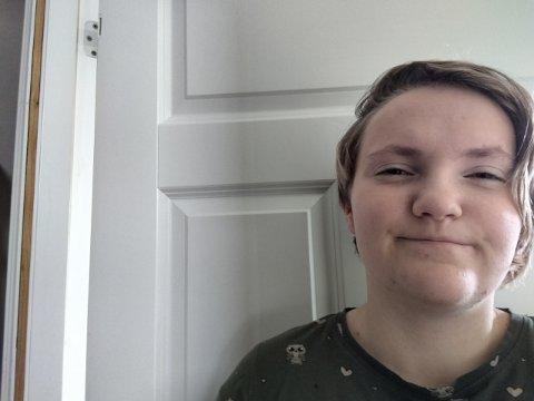 SKREMT: Reidun Antonette Johansen Bergland likte dårlig at ungdom la seg i veibanen på Vea lørdag kveld.
