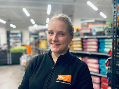 KLAR FOR ÅPNING: Avdelingsleder Ida Skjærstad (31) er blant de få utvalgte som fikk jobb hos kjæledyrgiganten på Raglamyr.