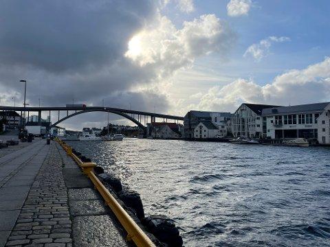FRISKT: Det blåser friskt fra nord i Smedasundet fredag formiddag.
