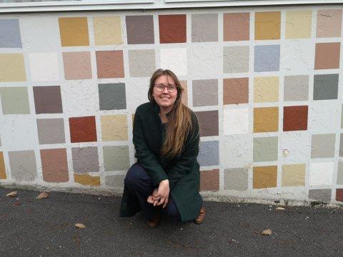 BYENS FARGER: Tina Tønnesen er byantikvar og konstituert byggesakssjef i Eigersund kommune. Hun har jobbet med å finne Egersunds fargepalett. Her er hun foran byens farger.