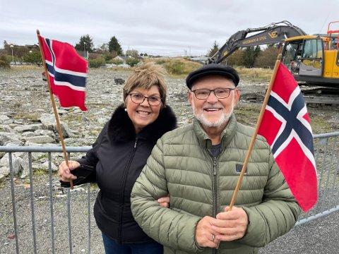 GLADE: Anne Margrethe Stave Olsen og Ole Johan Olsen møtte opp med norske flagg da første spadestikk ble tatt.