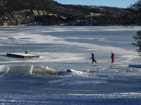 RÅK: Barn på skøyter like ved hull i isen på Aksdalsvannet lørdag.