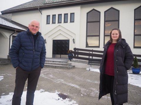 RAMMET AV NYE REGLER: Prost i Karmøy, Ove Sjursen og trosopplæringsmedarbeider Ida Helland.