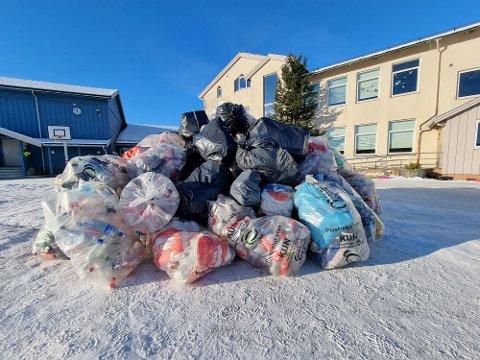 ET LASS: Det var nødvendig med skikkelig transport for å få med seg alle flaskene som elevene hadde samlet inn.