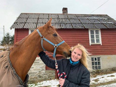 HESTEGLEDE: - Jeg elsker å drive med oppdrett av varmblodshester, sier Gry Kristin Karlson, som driver gård i Sveio og er også forfatter.