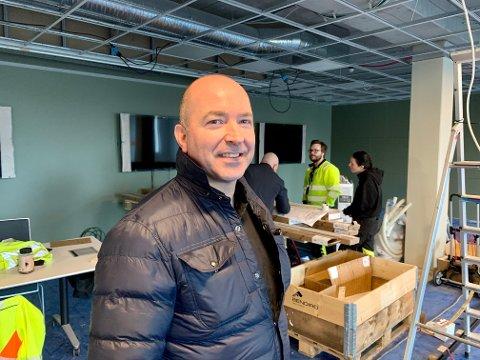 VEIDEKKE: Tilbudsleder Tor Gunnar Isdahl i Veidekke Haugesund inspiserer de nye lokalene til entreprenørbedriften, halvannen uke før innflytting.