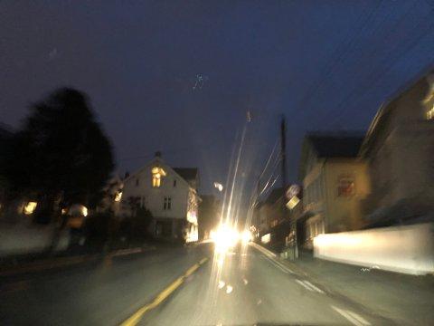 MØRKT: Skjoldavegen var fortsatt mørklagt uten gatelys torsdag morgen. Nå er feilen lokalisert.