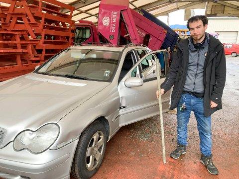 HÆRVERK:- Trist å få biler ødelagt, sier Inge Alsaker. Dette stålrøret ble funnet i bilen hans, en Mercedes, og er en av flere biler som ble skadet i helgen i Grunnavågen i Sagvåg.
