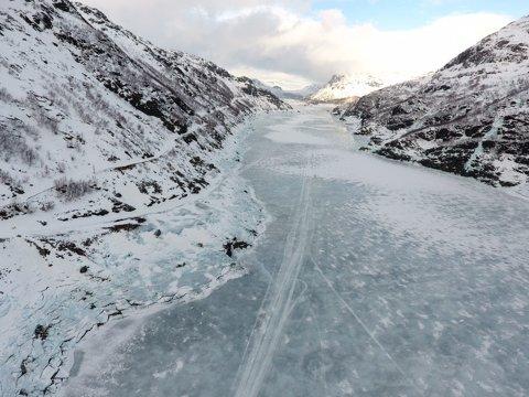 INGEN FARBAR VEG: I Valldalen var grunneigarar lova farbar ferdsle heile året. Her er situasjonen i denne veka: Blåis og vatn gjer snøscooterløypa over Valldalsvatnet umuleg. Vidare er snøscooterløypa over nutane inn til Grytingsstøl uframkomeleg og rasfarleg. Vegen (til venstre på bildet) er stengt heile vinteren.