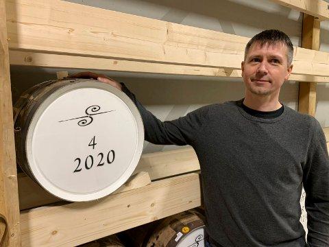 PRIVAT TØNNE: - Skal det være et fat? Folk kan kjøpe et 40 liters whiskyfat som ligger hos oss for modning i minst tre år, forteller Reidar Horneland, daglig leder i Hiernagla Brenneri.
