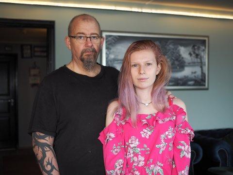 INGEN RETUR: Eirik Hagen og Victoria Løkken reagerer på at det ikke var mulig å returnere høyttaleren.