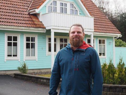 FARGESPRAKENDE: Robert Rogge tok malerkosten fatt og dekket boligen i en ganske uvanlig farge.