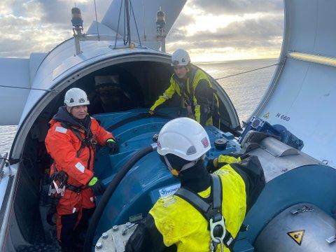 ZEFYROS: Det var luftig på toppen av den 90 meter høye vindturbinen. F.v.: Gunnar W. Birkeland, Raymond Vold (ryggen til) og Rune Strandenes.