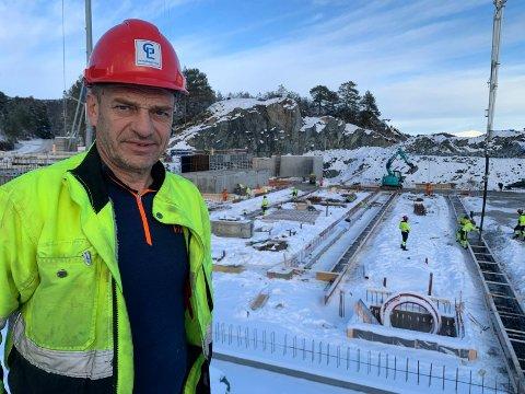 KULDE-UTFORDRINGER:  - Det blir en del ekstraarbeid med tining av snø og is, sier  formann i Karmøy-firmaet GL Prosjektservice, Thor Andreassen. Her på byggeplassen i Sagvåg.