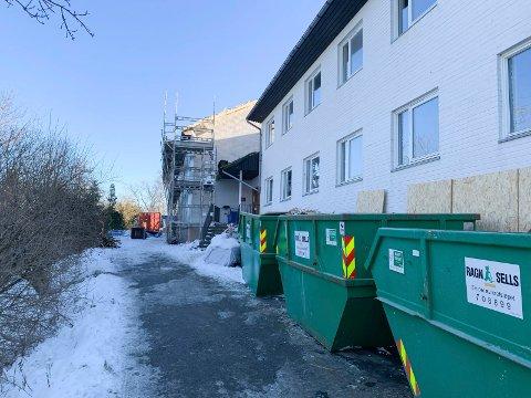 INGEN SMITTE:  Ingen smitte, men arbeiderne som jobber med rehabilitering av studentboligene på Rommetveit må bruke munnbind. De jobber for Lars Jønsson AS i Bergen.