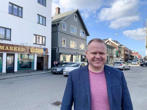 DRAMATIKK:  - Her i nærheten av slakter Lundal ved rådhusplassen foregår det dramatiske ting i krimromanen min, sier krimforfatter Helge Thime-Iversen.