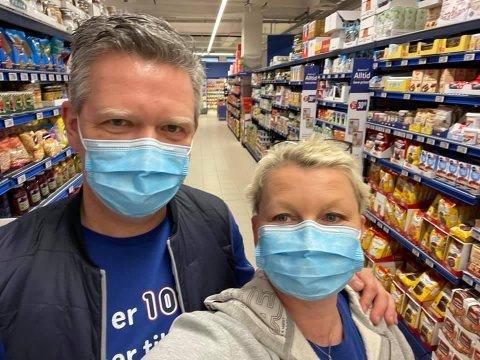 FLINKE: Vidar og Ruth Mæland skryter av hvor flinke både kunder og ansatte er til å følge reglene om munnbind.