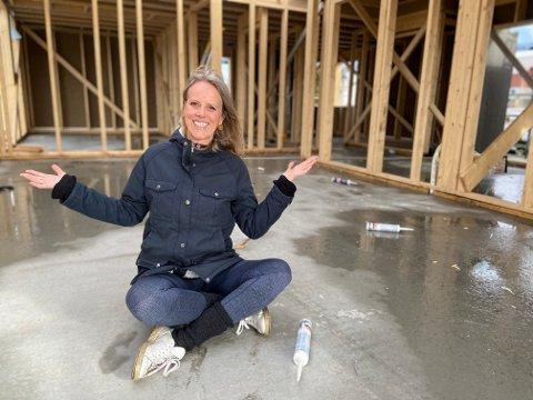 YOGAROM: Snart vil den tidligere banksjefen, Brit Lise Steinkjellå (44) ta imot elever som ønsker å lære yoga. Hele livet har hun drømt om å bo i et hus som ligger avsides til ved sjøen. Nå blir drømmen realitet. Bygging av hus og yogarom er godt i gang ved stranden på Hemnes.