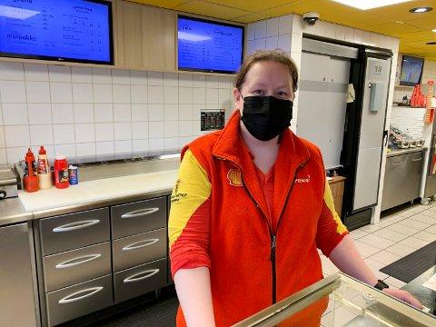 MUNNBIND: - Ja, munnbind må vi bruke, både kunder og vi som står bak disken, sier Tone Staupe, nestkommanderende på Shell-stasjonen på Haukås.