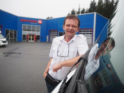 HEKTISK: Grant G. Hinderaker er daglig leder for Bobilkjeden Arve Opsahl Karmøy. Der blir bilene solgt nærmest før de kommer inn i butikken.