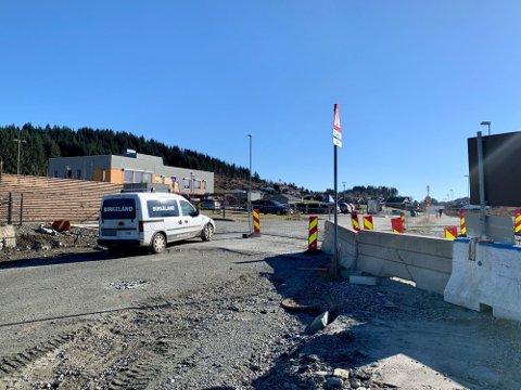 VEIARBEID: Slik så det ut i Storasundgata på Fjellmyr i begynnelsen av mars. Nå er veien åpen.