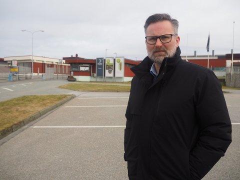 SKUFFET: Ordfører i Karmøy, Jarle Nilsen utenfor Hydro Karmøy fredag formiddag.