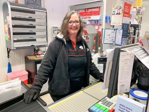 LETTELSE: – Vi har vært veldig bekymret for butikken. Det har vært mange søvnløse netter. At skolen  i Valestrand er reddet er en lettelse, sier Laila Vikse Lie som driver Nærbutikken Valevåg..