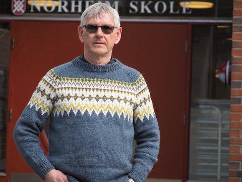 SLÅR ALARM: Rektor ved Norheim skole, John Geir Knutsen mener han må bryte loven for å kunne styre skolen.