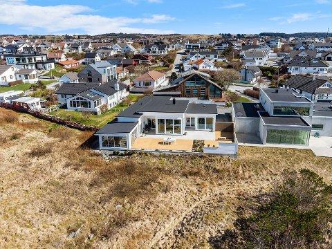 ALT I ETT: To soverom og én stue, men utestue og fri sikt til havet. Kjøper ville ha denne boligen.