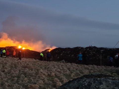 FLAMMER: Kraftig vind ga flammene gode vekstvilkår.