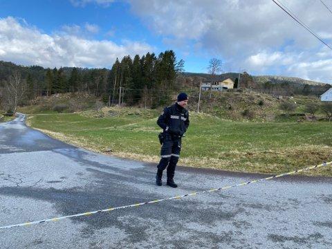 POLITI: Store ressurser fra politiet  jobber med etterforskning etter funnet av en død kvinne på Varaldsøy i Kvinnherad.
