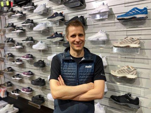 JOGGESKO-BOOM: Kjetil Slettli hos MX Sport Raglamyr selger mer sko til løping og tur enn før.